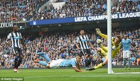 Aguero lập lại thế cân bằng trong những phút cuối hiệp 1