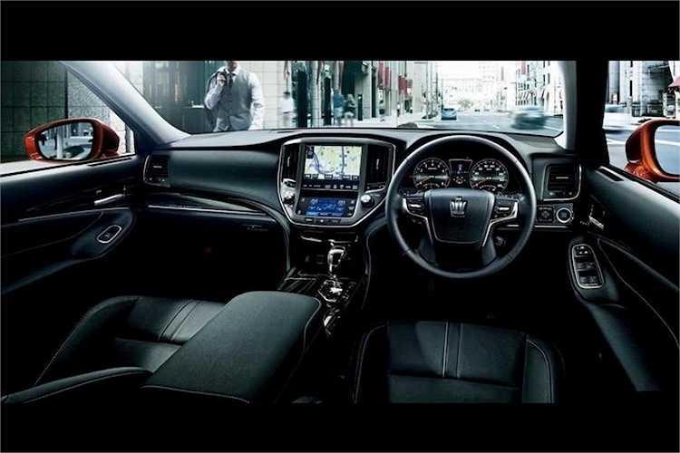 Ở bên trong nội thất, tất cả các phiên bản Crown đều có độ sang trọng và hiện đại ngang với những chiếc Lexus đắt tiền nhất với nội thất bọc da hoàn toàn, rèm điện ở cửa kính sau, điều hoà hai vùng, tay lái điều chỉnh điện, hệ thống thông tin giải trí với màn hình lớn, dàn âm thanh 10 loa cùng nhiều tính năng cao cấp khác.