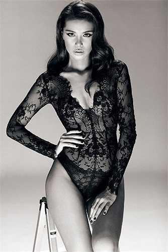 Thời gian qua, cái tên Minh Tú cũng bắt đầu nổi rần rần, đặc biệt sau lần cô hóa trang giống hệt Angelina Jolie. Nhắc đến những mỹ nhân sexy bậc nhất Vbiz không thể bỏ qua chân dài này