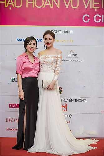 Tại buổi tiệc từ thiện diễn ra trong khuôn khổ Hoa hậu Hoàn vũ Việt Nam 2015, cố vấn thời trang Lưu Nga có dịp đọ sắc bên Hoa hậu Việt Nam Nguyễn Cao Kỳ Duyên.