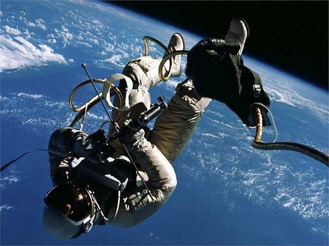 Ngày 3/6/1965, nhà du hành vũ trụ Edward Higgins White đã trở thành người Mỹ đầu tiên bước đi trong không gian. Ông chia sẻ 'Thật là tuyệt vời vì bạn có thể ngắm nhìn Trái đất từ khoảng cách hơn 400.000km'