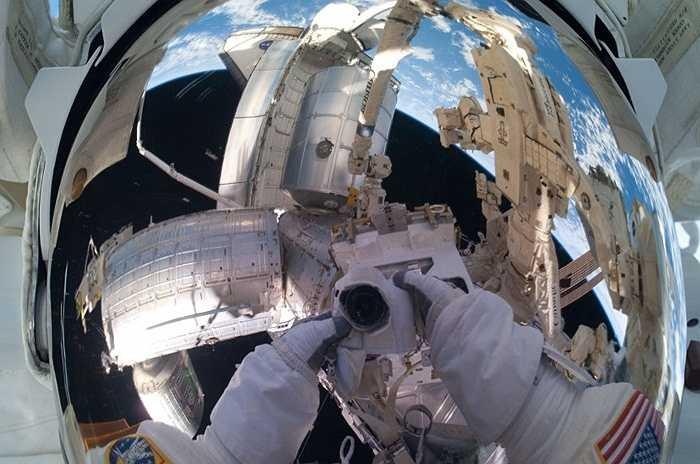 Những bức hình tự sướng ngoài vũ trụ dần dà đã trở thành điều độc quyền dành cho các phi hành gia hoạt động ngoài vũ trụ. Những người như Mike Fossum, Heidemarie M. Stefanyshyn-Pipe, Tom Marshburn ... đều được nhiều người quan tâm với các bức hình có một không hai của mình