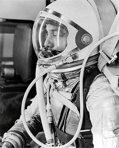 Người đầu tiên vào vũ trụ là phi hành gia Yuri Gagarin vào năm 1961. Hoa Kỳ cũng không chịu thua kém với cuộc bay vào vũ trụ của Alan Shepard chỉ 23 ngày sau đó. Kể từ đó đến nay, rất nhiều phi hành gia khác đã có dịp lên vũ trụ
