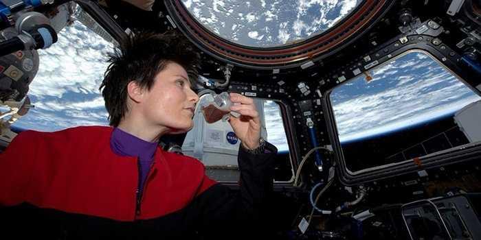 Samantha Cristoforetti đã sống và làm việc khoảng 200 ngày (từ tháng 11/2014) trên vũ trụ, đây cũng là khoảng thời gian được coi là kỷ lục mới đối với một nữ phi hành gia và đối với các phi hành gia vũ trụ châu Âu