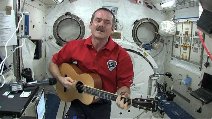 Chris Hadfield thậm chí còn 'hoành tráng' hơn khi từng đệm guitar và hát khi đang sống trong môi trường không trọng lượng ngoài vũ trụ. Bản hit mà ông mang tới có tên là 'Space Oddity'