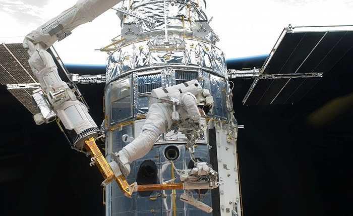 Kính thiên văn Hubble. Một 'con mắt' ngoài vũ trụ từng là điều mơ ước của các nhà khoa học. và phải đến năm 1990 khi kính thiên văn Hubble được đưa lên quỹ đạo thì giấc mơ mới được hoàn thành. Hubble được trang bị đầy đủ các công cụ hoạt động bằng năng lượng Mặt Trời, nhằm chụp lại tất cả những hình ảnh của vũ trụ với ánh sáng khả kiến, cực tím (UV) và ánh sáng bước sóng cận hồng ngoại