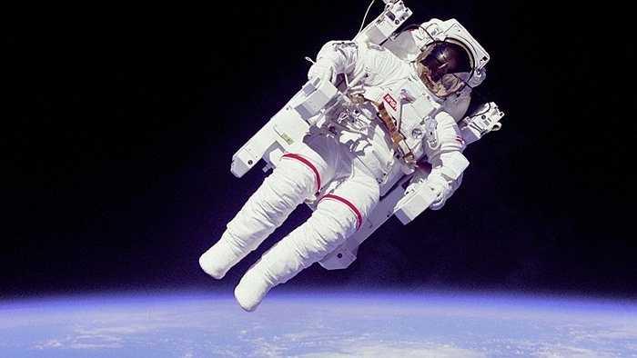 Ngày 7/2/1984, trong khi tham gia thực thi nhiệm vụ STS-41B, phi hành gia Bruce McCandless đã đi bộ ra ngoài không gian trong các thử nghiệm đầu tiên. Đây là lần đầu tiên một nhà du hành vũ trụ đi bộ ngoài không gian mà không cáp bảo hiểm