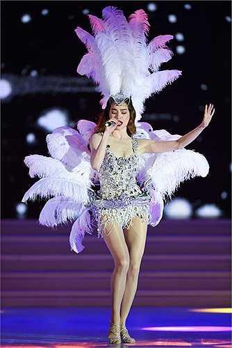 Nữ ca sỹ sexy trong trang phục diễn, biểu diễn trong phần thi bikini của thí sinh.