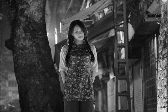 Hot girl chia sẻ: 'Giữa dòng Hà Nội tấp nập, mình đã tìm kiếm những con phố, những góc nhỏ cổ kính của Hà Nội xưa'.