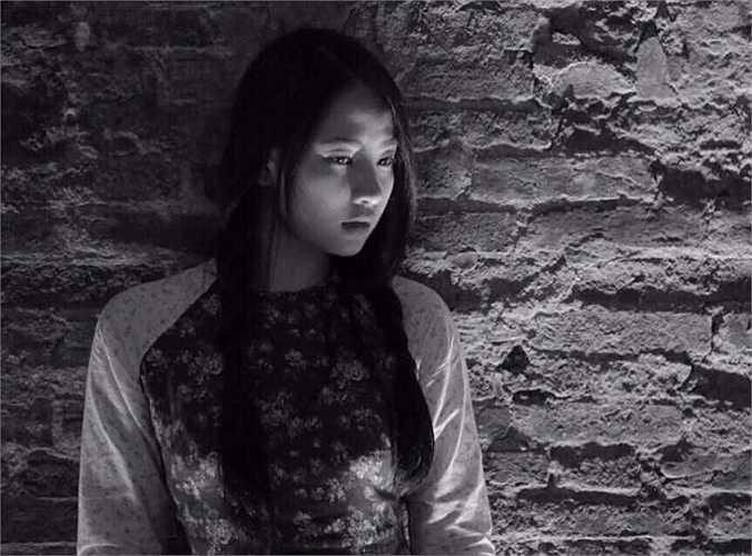 'Mộc' miêu tả hình dáng về người con gái Hà Nội xưa, phúc hậu, giản dị và mộc mạc giữa những ô cửa những con đường cổ kính. Có những nét đẹp không bao giờ phai mờ, không quá cầu kỳ, không phải theo xu hướng về vẻ đẹp nào của xã hội hiện đại', cô chia sẻ thêm.