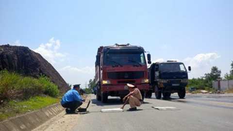 CSGT và Thanh tra Giao thông TP Đà Nẵng kiểm tra tải trọng một xe Howo của Trung Quốc. Xe tải này vượt tải trọng tới 200%. Ảnh: LÊ PHI