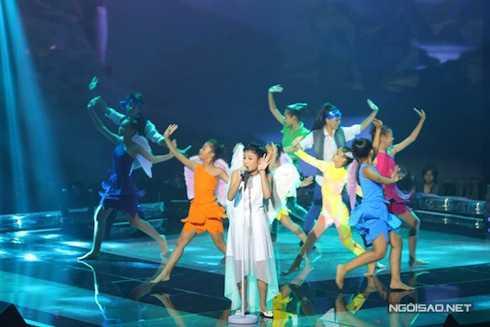 Giọng ca nhí Thu Thủy của đội Hồ Hoài Anh – Lưu Hương Giang thể hiện ca khúc 'Chuông gió' của Thu Minh với bản phối hoàn toàn mới với những nhạc cụ dân tộc miền núi.