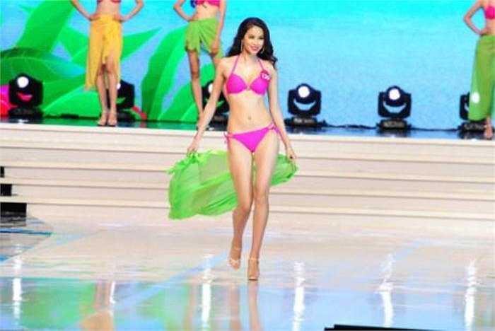 Trong phần trình diễn bikini, Phạm Hương tiếp tục thu hút sự chú ý bởi những bước đi uyển chuyển.