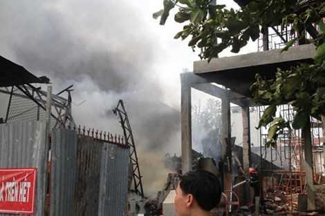 Ngọn lửa lớn nhanh chóng thiêu rụi tòan bộ nhà xưởng