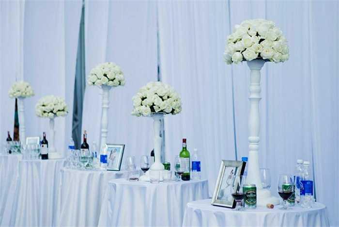 Vợ chồng Ngọc Thạch đầu tư rất 'mạnh tay' cho lễ cưới. Phần cỗ bàn cho cả ngàn khách cũng tiêu tốn của cặp đôi số tiền trên dưới 3 tỷ đồng.
