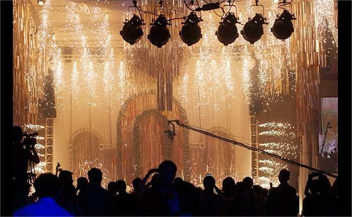 Cặp đôi đốt hàng ngàn cây pháo hoa lung linh trong tiệc cưới.