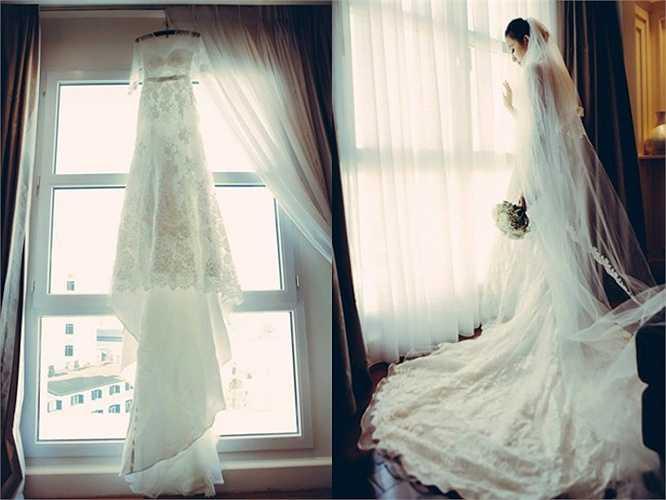 Ngọc Thạch chọn mặc chiếc váy cưới vai trần lộng lẫy với phần chân váy trải dài mềm mại và quyến rũ.
