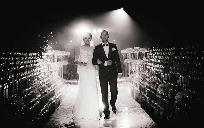 Cặp đôi sánh bước vào hôn trường trong ánh mắt ngưỡng mộ của rất nhiều quan khách có mặt.