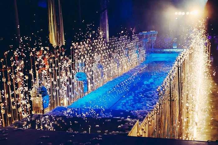 Sân khấu hôn lễ được Ngọc Thạch trang trí bắt mắt với hệ thống đèn chùm trên cao và hàng trăm cây nến được bố trí xung quanh.