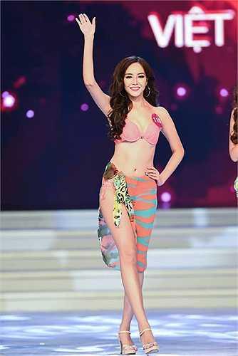 Các thí sinh quyến rũ trong phần thi trang phục bikini.