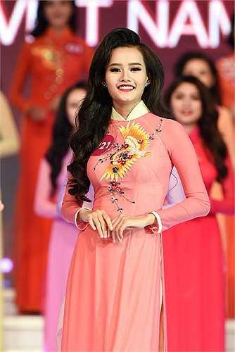 Các thí sinh Hoa hậu hoàn vũ Việt Nam 2015 khoe vẻ xinh đẹp rạng rỡ trong trang phục áo dài.