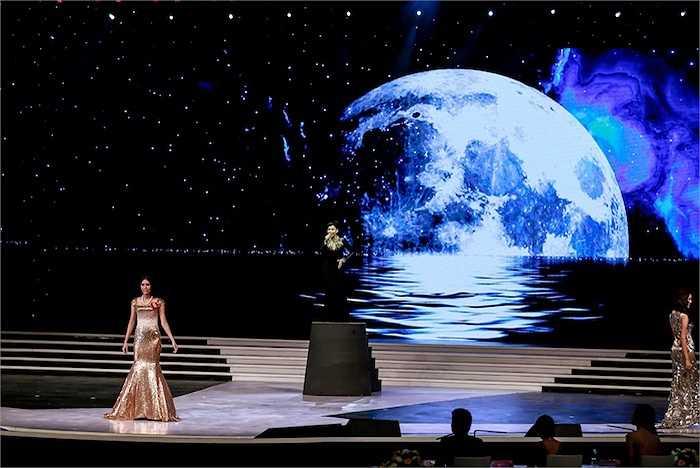 Tối 3/10, đêm chung kết Hoa hậu Hoàn Vũ 2015 đã chọn được gương mặt đăng quang ấn tượng Phạm Hương trên sân khấu hoành tráng ở Nha Trang.