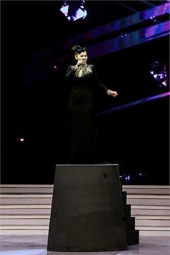Nữ ca sỹ Thu Minh cũng góp phần 2 tiết mục được các khán giả tại nhà hát.