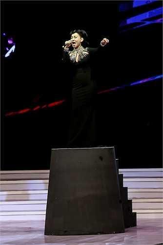 Với tiết mục đầu tiên - Đừng yêu, Thu Minh xuất hiện trên một bục nâng cao như một nữ ca sỹ quyền lực hàng đầu.