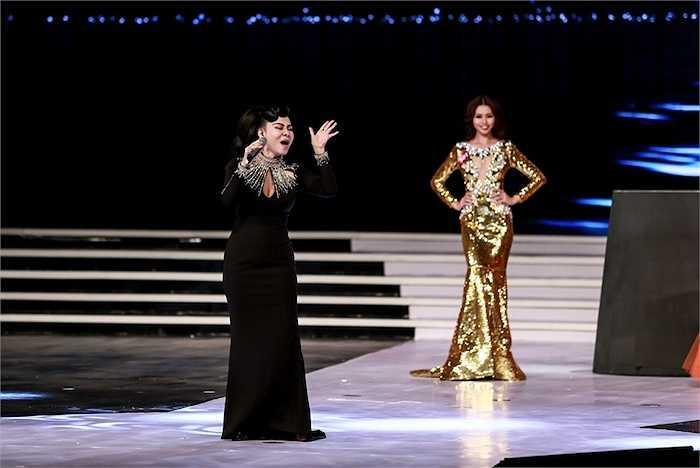 Các thí sinh Top 10 thể hiện phần trình diễn trang phục dạ hội trên nền nhạc của Thu Minh.