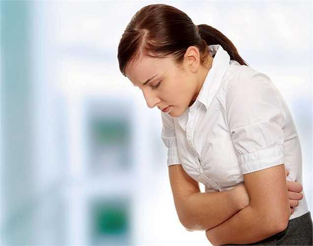 1. Đau bụng là một trong số 10 dấu hiệu quan trọng nhất cảnh báo bệnh ung thư buồng trứng. Bạn sẽ cảm thấy đau ở vùng xương chậu, khác với các cơn đau của chứng khó tiêu hoặc đau bụng kinh. Cơn đau có thể kéo dài trong hai tuần hoặc lâu hơn.
