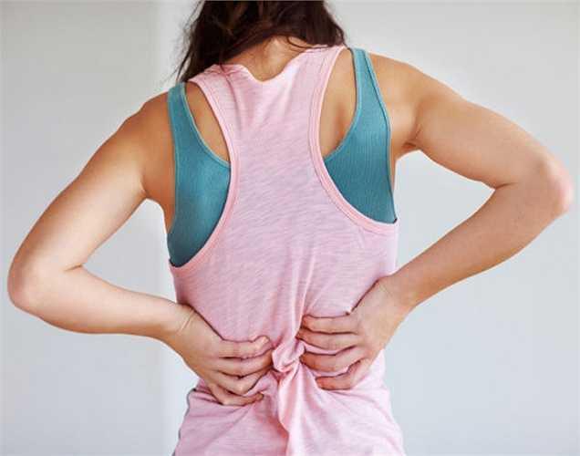2. Đau lưng dưới: Bạn có thể cảm thấy đau ở phần lưng dưới. Đừng nên xem nó là đau bình thường. Không nên tự chẩn đoán, mà hãy tham khảo ý kiến bác sĩ ngay.