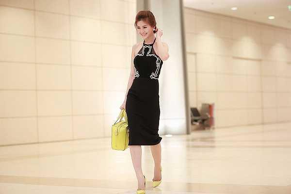Người đẹp gốc Vĩnh Long diện trang phục màu đen gợi cảm khoe khéo thân hình sexy.