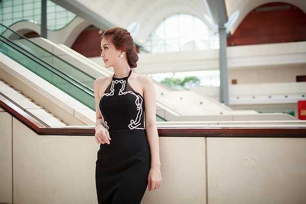 Tại sự kiện, Diễm Trang có dịp hội ngộ với Á hậu Việt Nam 2012 Hoàng Anh, cả hai đảm nhận vị trí vedette ở một màn trình diễn áo dài trong chương trình