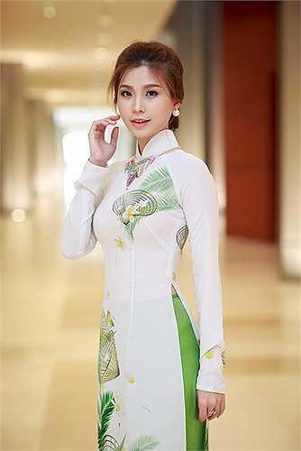 Còn Hoàng Anh cũng hết lời khen ngợi đàn chị về học thức cũng như phong thái tự tin của Diễm Trang.