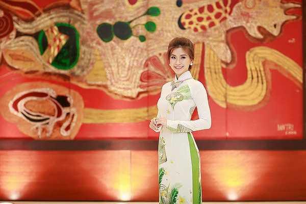 Chiều tối cùng ngày, Á hậu Diễm Trang đã đáp máy bay trở lại TP.HCM để tiếp tục các công việc của mình