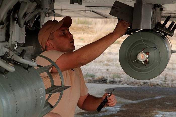 Một nhân viên kỹ thuật kiểm tra các thiết bị của chiếc máy bay chiến đấu để chuẩn bị xuất kích