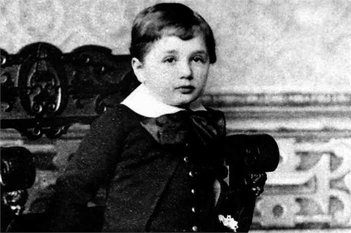 Năm 1 tuổi, gia đình ông chuyển về thủ đô Munich để thành lập một công ty đồ điện. Thời điểm này, cả gia đình đều lo ngại về khả năng nhận thức của cậu bé Albert vì cậu dường như chậm chạp trong việc học hỏi