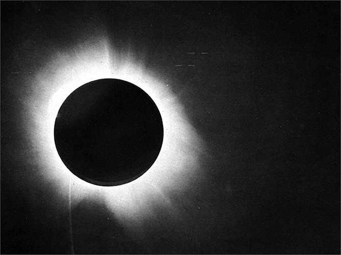 Albert Einstein đã mất rất nhiều thời gian để có thể chứng minh lý thuyết của mình là đúng. Năm 1917, một câu hỏi đặt ra cho ông là tính khoảng cách từ một ngôi sao đến mặt trời và điều này chỉ làm được khi hiện tượng Nhật thực xảy ra