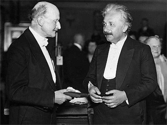 Albert Einstein là người đầu tiên nhận được giải thưởng Nobel vào năm 1921 và dành tặng giải thưởng này cho người vợ cũ cùng những người con của mình