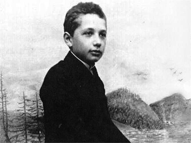 Einstein được cho học đàn violin từ năm 5 tuổi nhưng ông không thích âm nhạc cho đến năm 13 tuổi khi ông lắng nghe các bản sô-nát bất hủ. Và sau đó, Einstein vô cùng thích thú và đam mê cây đàn violin