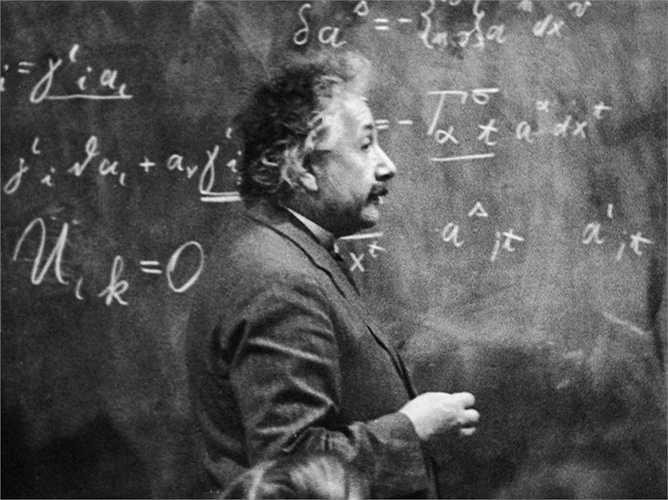 Albert Einstein giới thiệu lý thuyết thống nhất của ông về các vấn đề nhưng ngay lập tức nhận được phản hồi của các nhà khoa học khác vì còn nhiều lỗ hổng