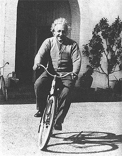 Năm 1933, do chính quyền phát xít Adolf Hitler lên cầm quyền, Einstein phải chuyển sang Mỹ sinh sống