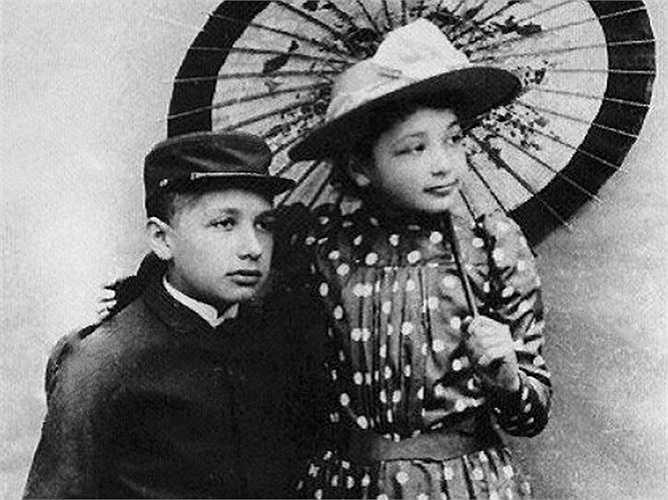 Albert và cô chị gái Maria. Sau đó vài năm, gia đình ông chuyển tới Italia và mọi người bắt đầu nhận ra lòng đam mê của ông với khoa học