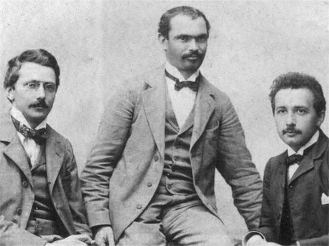 Tấm bằng đại học của Einstein không giúp ông kiếm được việc làm và phải làm công việc của một bán hàng ở Bern, Đức để kiếm sống