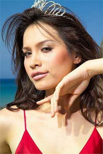 Bờ môi cong gợi cảm của Ngọc Khánh được cho là giống hệt với bà chủ của tượng vàng Oscar.