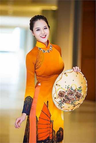 Biết chuyện Diễm Trang đã nhận lời cầu hôn của bạn trai và chuẩn bị lên xe hoa, Hoàng Anh gửi lời chúc mừng hạnh phúc đến đàn chị.