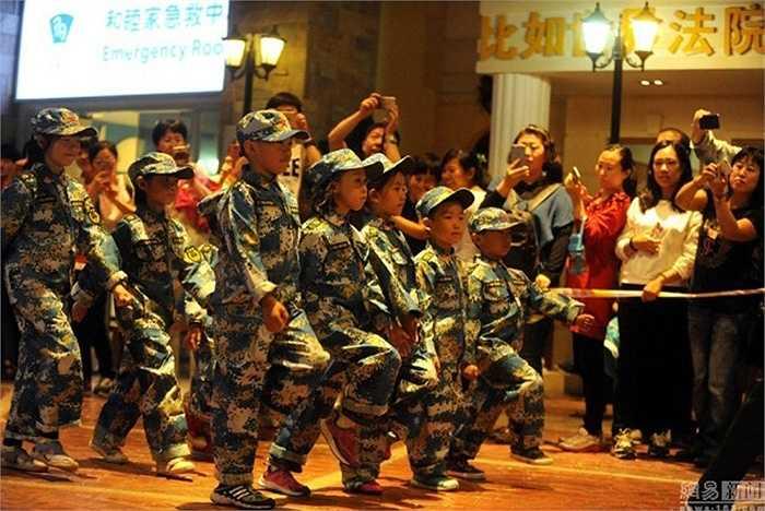 Các trang mạng Trung Quốc dùng từ 'dễ thương' để mô tả các bé