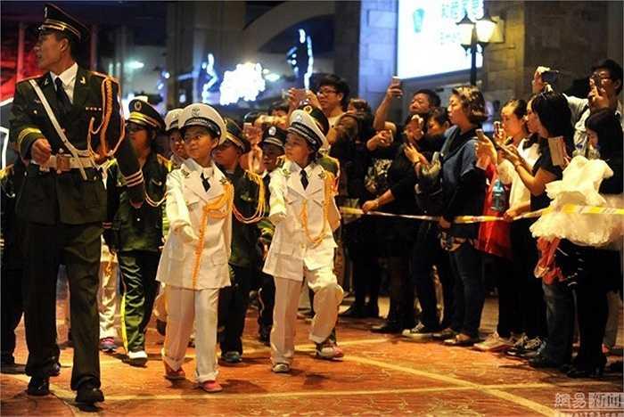 Rất nhiều người dân Bắc Kinh theo dõi quá trình tập luyện của các bé