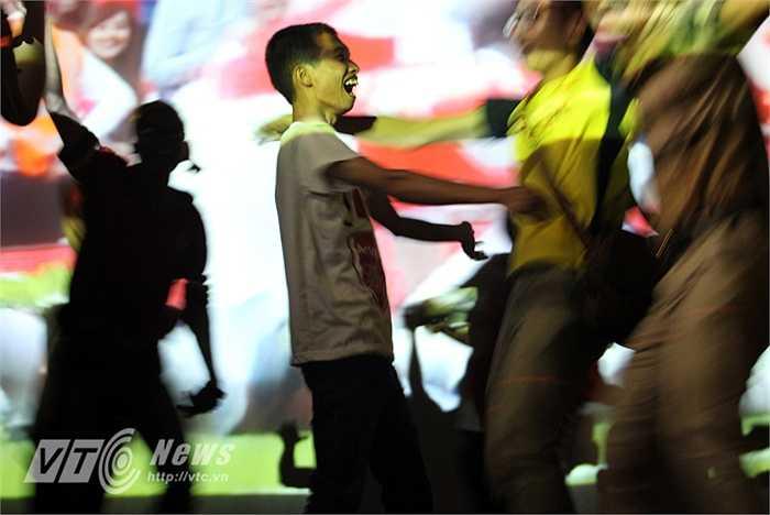 Trong khi các fan Arsenal tràn lên sân khấu để ăn mừng thì hotgirl Tú Linh lặng lẽ ra về, cô không giấu nổi nỗi buồn của một fan MU.