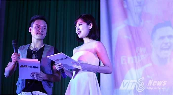 Tú Linh xuất hiện với vai trò là MC cùng ca sĩ Duy Khoa.